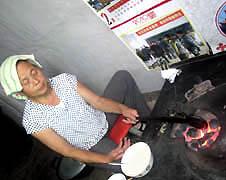【特稿】七旬老人默默在火爐邊烤製麵餅,為耶穌蓋房子