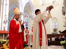 香港教區傳遞聖髑,為教友年揭開序幕 thumbnail