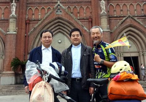 單車騎士低調在大陸朝聖仍吸引媒體