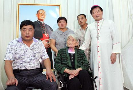 單愛雲抵台出席哥哥單國璽樞機的葬禮