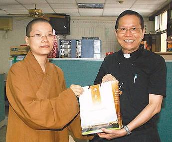 耶穌佛陀攜手為台灣雲水書坊募書