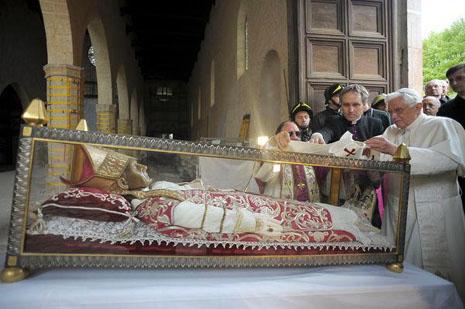 教宗本篤的辭職決定有跡可尋
