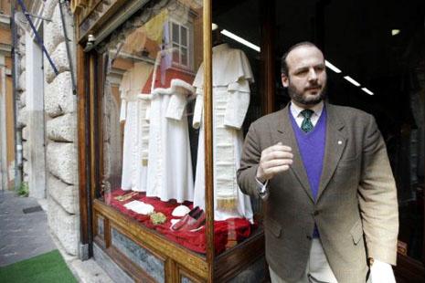 裁縫準備好為任何身型的新教宗製服