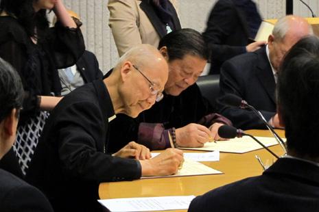 香港六宗教出土時間囊,歷史文獻捐贈大學 thumbnail