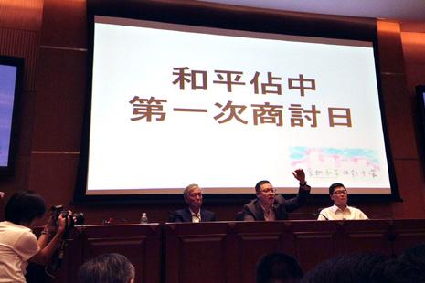 香港行政長官警告佔領中環不可能和平 thumbnail