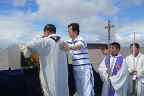 上海教區為金魯賢主教舉行海葬禮