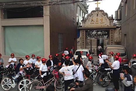 溫州修女在信德年騎單車朝拜上主的聖殿