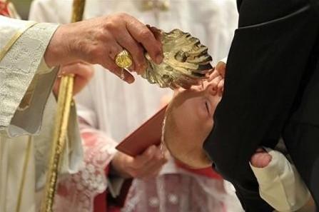 為進英國天主教名校,遲來的兒童洗禮顯著增加