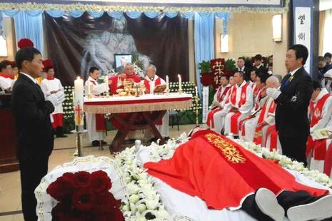 數千教友送別上海范忠良主教,未能現身的馬主教提詞追悼