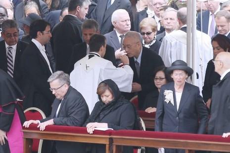 台副總統吳敦義在封聖彌撒中誤領聖體被指失禮