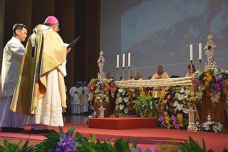主教團向泰王展示與他有特殊淵緣的兩教宗的聖髑 thumbnail