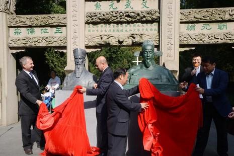 上海徐匯區舉辦徐光啟、利瑪竇雕塑互贈儀式
