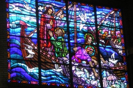 教堂採用彩色玻璃窗或能吸引年輕一代回歸