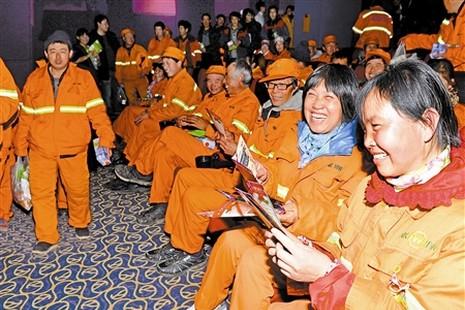 天津教區關懷環衛工人,免費請看電影減壓迎新春