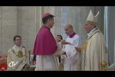 韓總主教代表東方的教會,接受教宗開啓慈悲禧年詔書