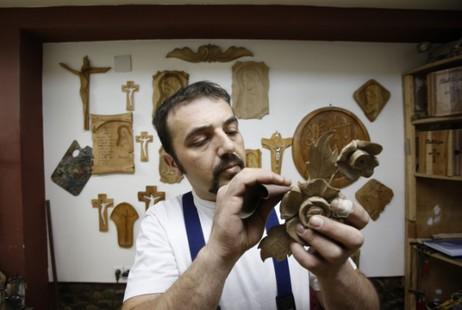 伊斯蘭教徒家庭為教宗雕製彌撒用椅子