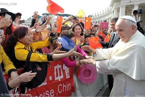 教宗方濟各在聖伯多祿廣場向中國朝聖者致意 thumbnail
