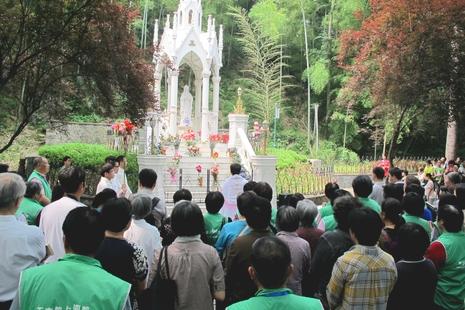 佘山閉聖母月百警戒備,杭州教友領殘障兒童朝聖