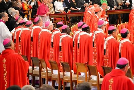 教宗按新方式授予總主教羊毛肩帶,其中五位來自亞洲