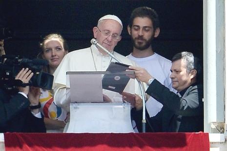 教宗以平板電腦報名參加世青節,距離開幕尚餘一年