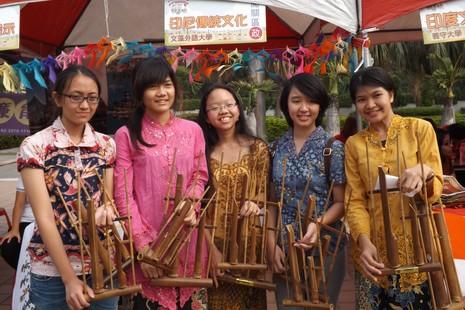 台灣移民節宣揚外籍神父貢獻,文藻留學生民族舞助興