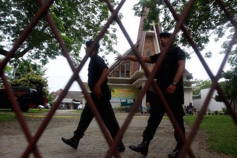 自殺式炸彈襲擊印尼教堂失敗,神父受傷 thumbnail