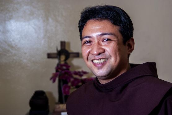 曾吸毒的神父回应圣召,呼吁对沉沦毒海者慈悲 thumbnail