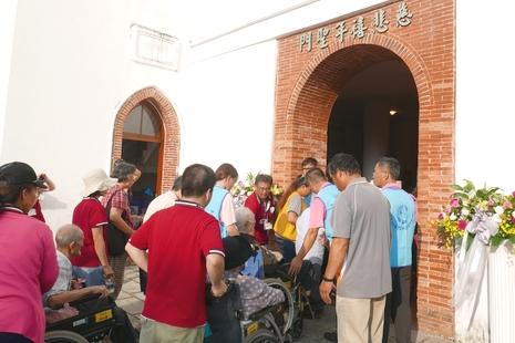 台灣天主教安老院慈悲年朝聖,近九十位老人齊跨聖門