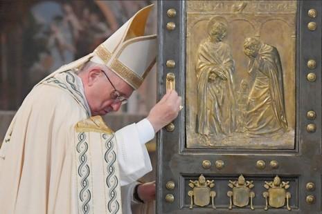 圣伯多禄大殿关圣门结束禧年,教宗强调对世界的责任