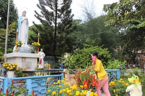 越南病人在天主教醫院內,尋求聖母的慰藉