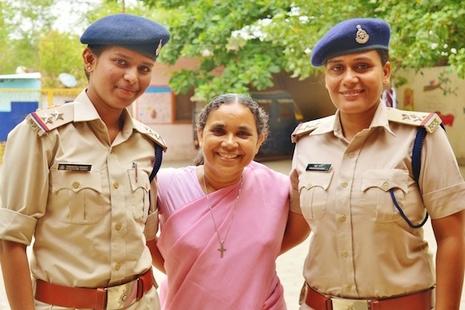 印度英勇修女击退恶霸拯救儿童