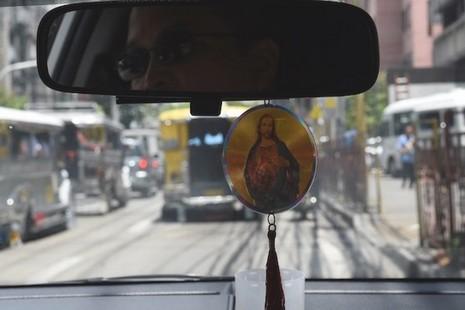 菲律賓禁止車輛儀表板之上懸掛玫瑰念珠 thumbnail