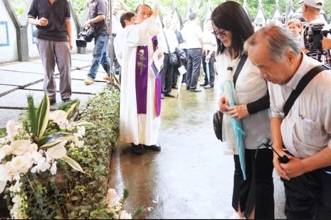 二千餘人豪雨中送別丁松筠神父回歸天鄉