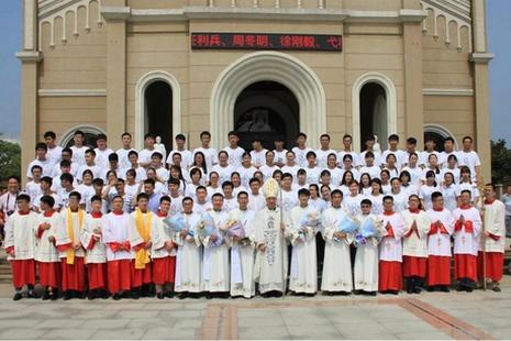 南京夏令營學生在執事祝聖禮受感動,學員生聖召念頭