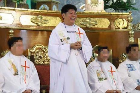 陷入性醜聞的菲律賓神父面臨販運人口新起訴 thumbnail