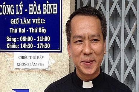 越南神父網上呼改革專政制度,憤怒越共暴徒突襲教堂