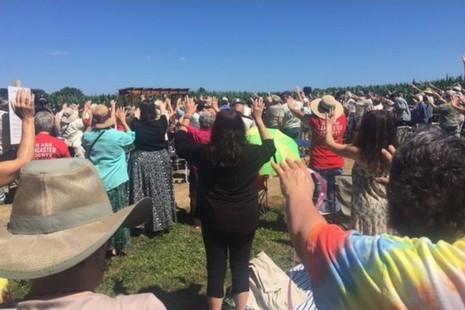 示威者因抗議在修女會院土地興建天然氣管而被捕