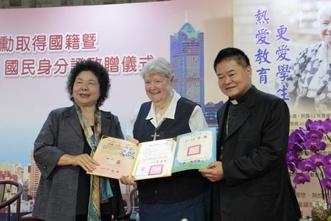 國籍法修訂後,首位外籍修女獲頒台灣身份證