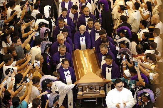 菲律賓五百多位神職及數萬教友參加宿霧樞機的葬禮