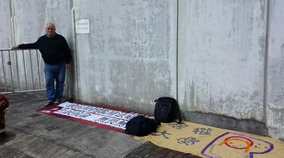 對香港學運領袖被判入獄表憤慨,外籍神父靜坐聲援