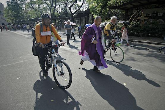 菲國社運神父騎車呼籲停止殺戮,但這是他最後一次