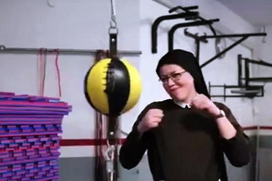 波蘭修女展示拳擊技術,為當地孤兒院籌款