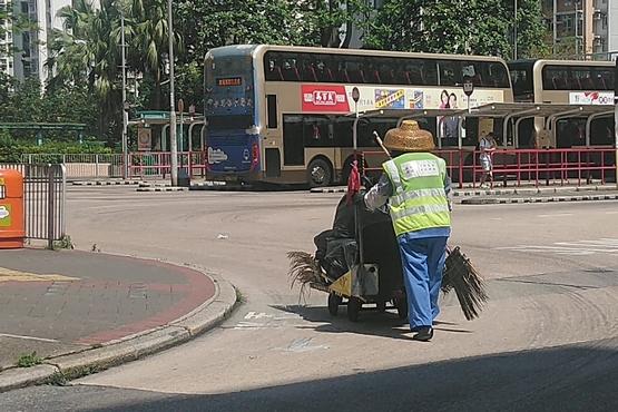 基層的清潔工人遭剝削,勞委會希望政府正視保障工人