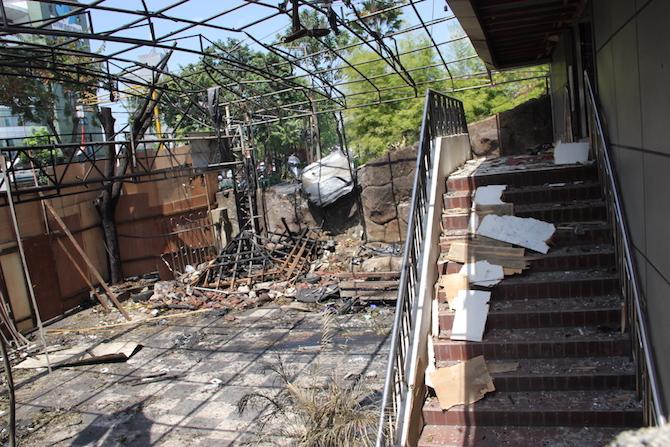 遭自杀式炸弹袭击后,满目疮痍的印尼教堂正全力进行复修
