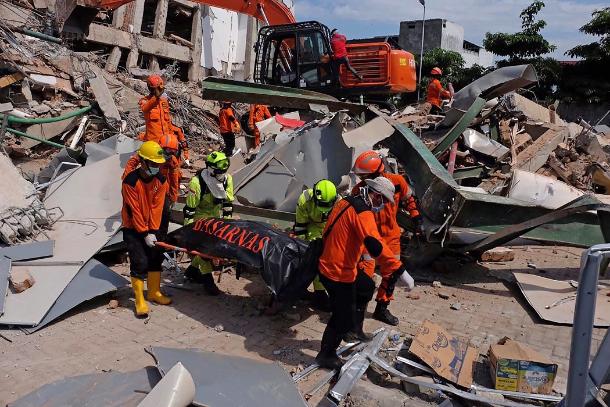 在印尼地震災區,從瓦礫中找到查經班學生的屍體
