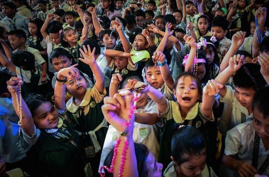 菲律賓兒童參加全球祈禱,求當地停止殺害毒品嫌犯