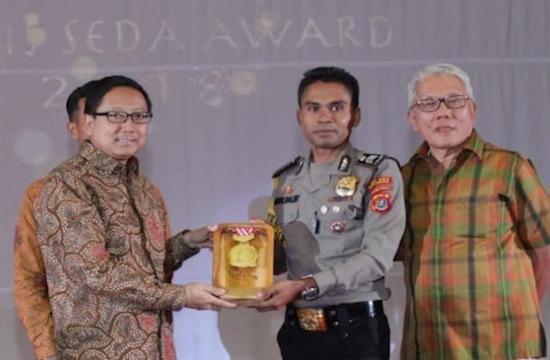 印尼警官為漁民的孩子建校而獲天主教大學授獎
