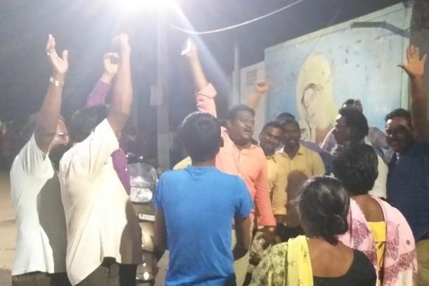 印度教友們放鞭炮,慶祝被指控貪腐的主教辭了職