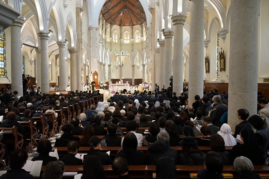 香港教區楊鳴章主教逾越聖祭,教友送別最後一程