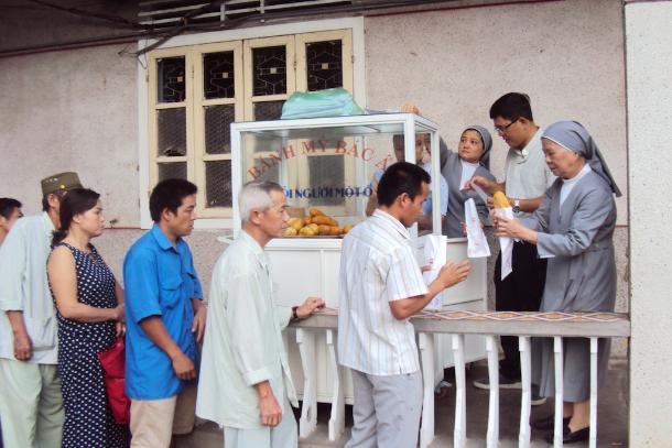 越南夫婦皈依基督行愛德,堅持日贈麵包給最貧窮者